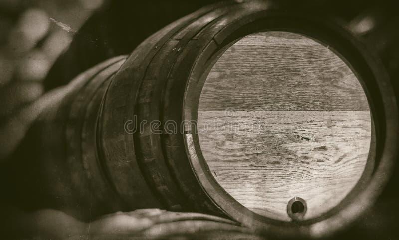 老桶在葡萄酒地窖里有被弄脏的背景-减速火箭的摄影 免版税库存照片