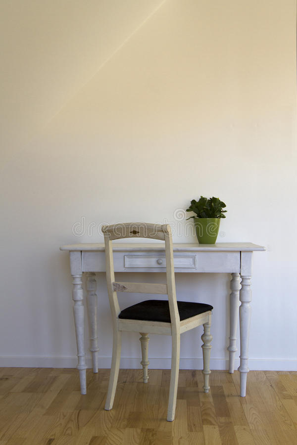 老椅子和桌 库存照片
