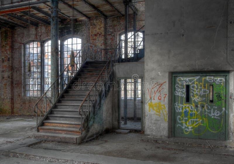老楼梯在一个被放弃的大厅里 库存图片