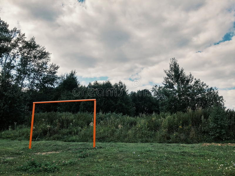 老橄榄球场在村庄,目标 库存图片