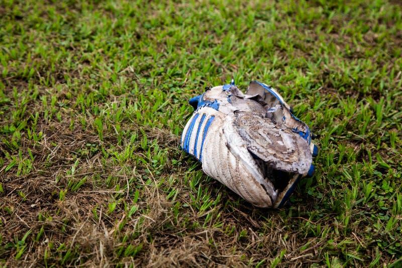 老橄榄球起动在草烂掉 库存照片