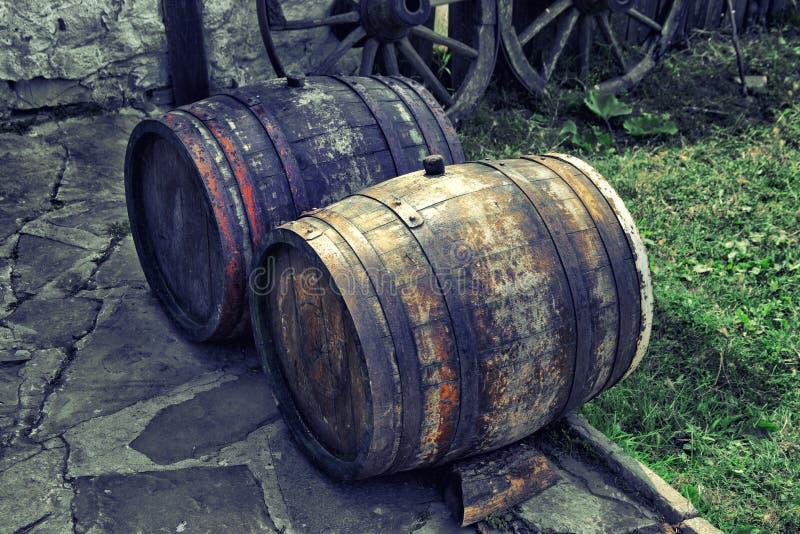 老橡木啤酒桶外部在保加利亚 库存图片