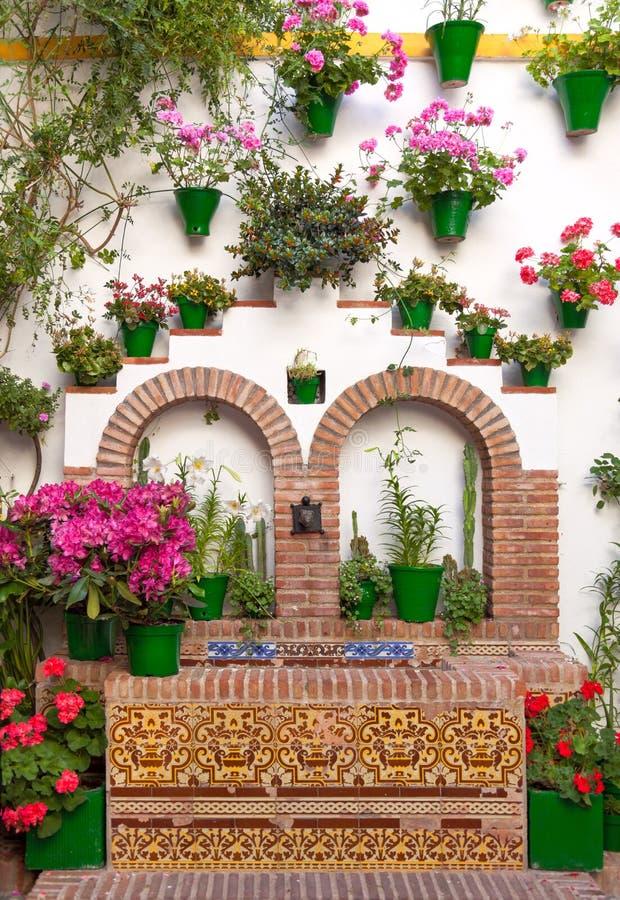 老欧洲镇-开花墙壁,科多巴,西班牙的装饰 图库摄影
