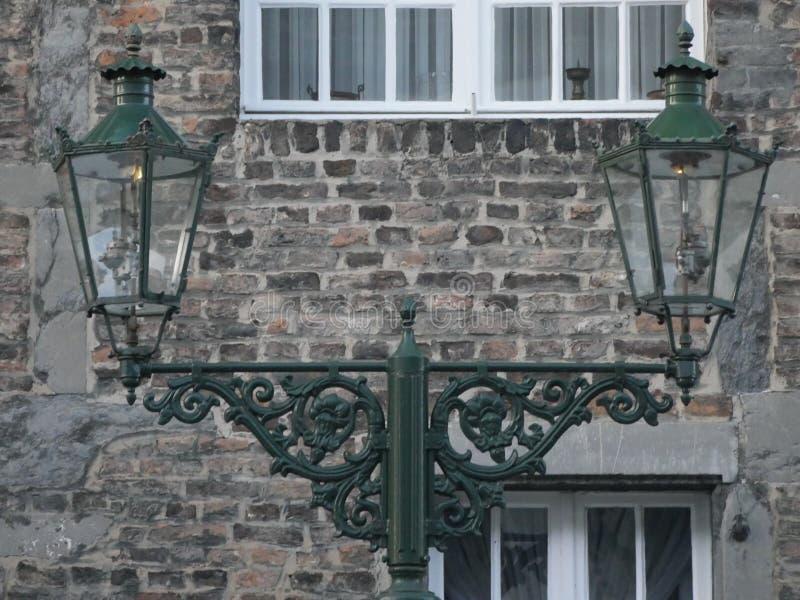 老气体灯笼在Kaiserswerth德国很好维护了和仍然使用,墙壁粉碎 库存照片