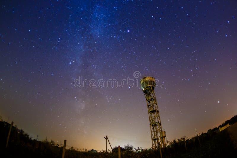 老水塔位于在数千星下 图库摄影