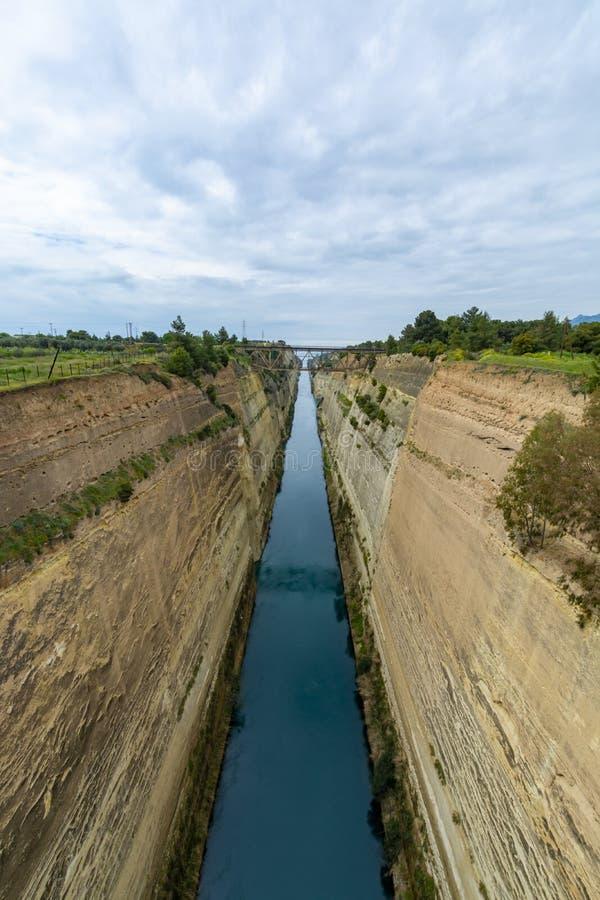 老水路在希腊,科林斯运河用萨龙湾连接哥林斯湾在爱琴海,旅游景点 免版税库存照片