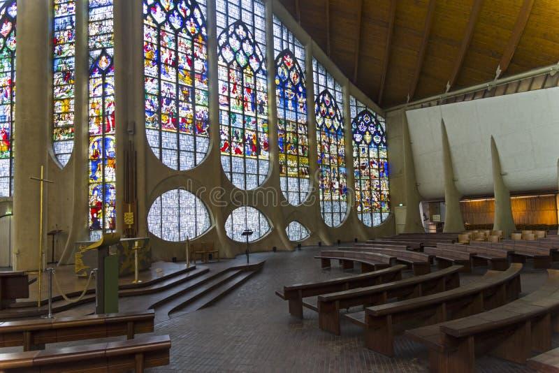 老污迹玻璃窗在一个现代天主教会里 免版税库存照片