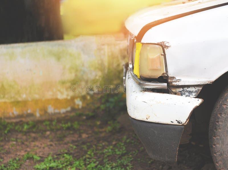 老汽车光前面车灯在车库的 免版税库存图片