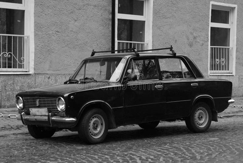 老汽车在大厦前面停放的Lada 免版税图库摄影