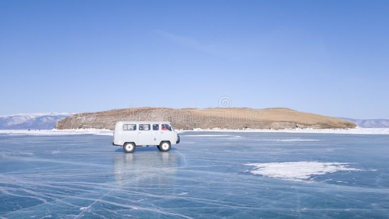 老汽车在贝加尔湖冰移动在游览时 一次冬天旅途在俄罗斯 免版税库存图片