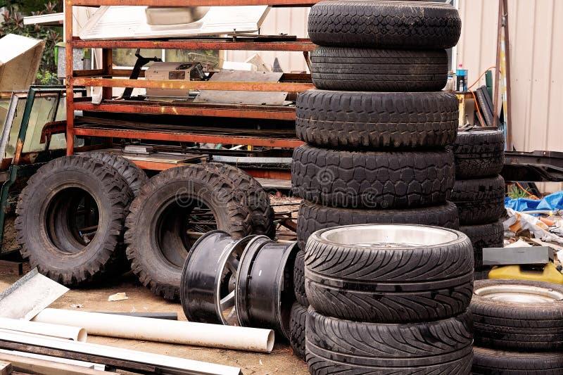 老汽车轮胎堆在垃圾场 图库摄影