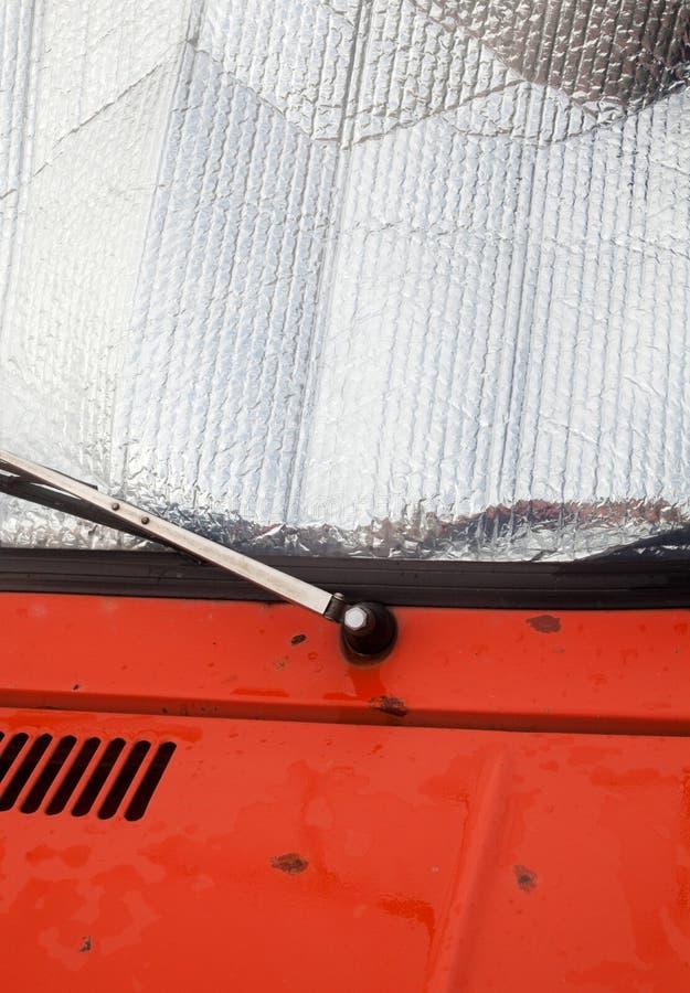老汽车 在挡风玻璃的箔遮光罩 免版税库存照片
