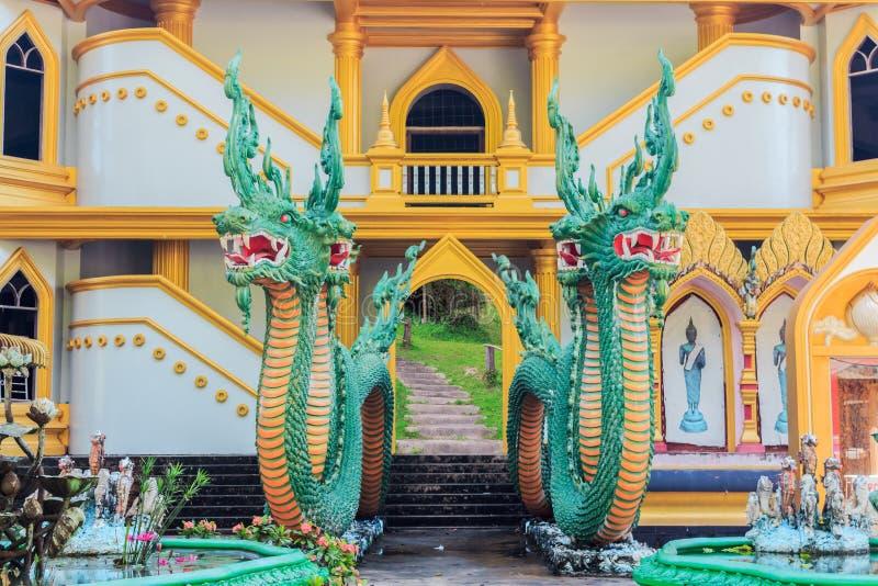 老泰国传说葡萄酒具体监护人泰国纳卡人雕象  库存照片