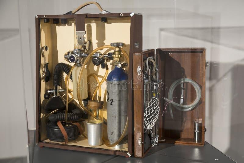 老流动氧气用具在尼古拉・特斯拉技术博物馆在萨格勒布,克罗地亚 免版税图库摄影