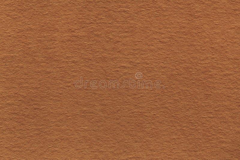 老浅褐色的纸特写镜头纹理  密集的纸板的结构 古铜色背景 图库摄影