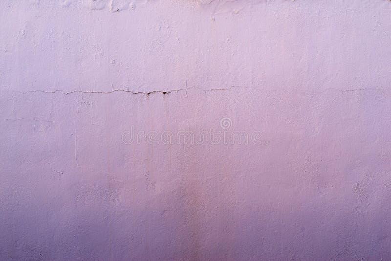 老涂灰泥的表面的抽象织地不很细淡紫色背景 免版税库存照片