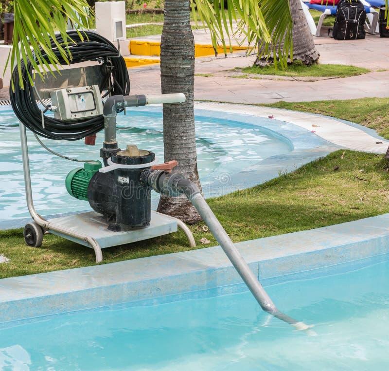 老清洗的游泳池的技术电子泵浦看法的片段  免版税库存图片