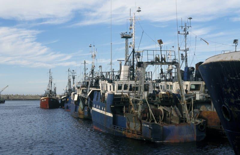 老渔船停泊在港口 库存图片
