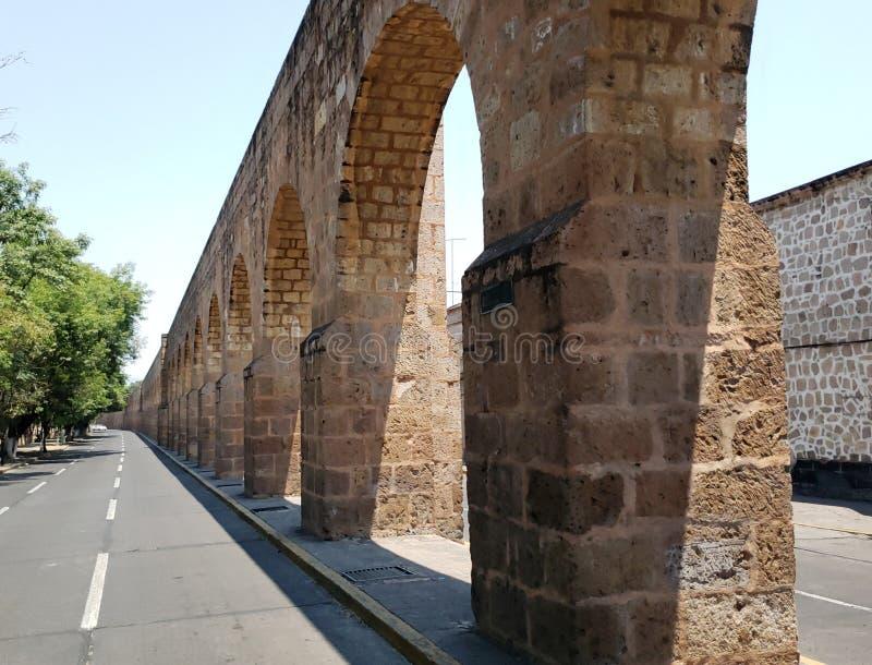 老渡槽在墨瑞利亚、米却肯州、旅行和旅游业城市在墨西哥 免版税库存图片