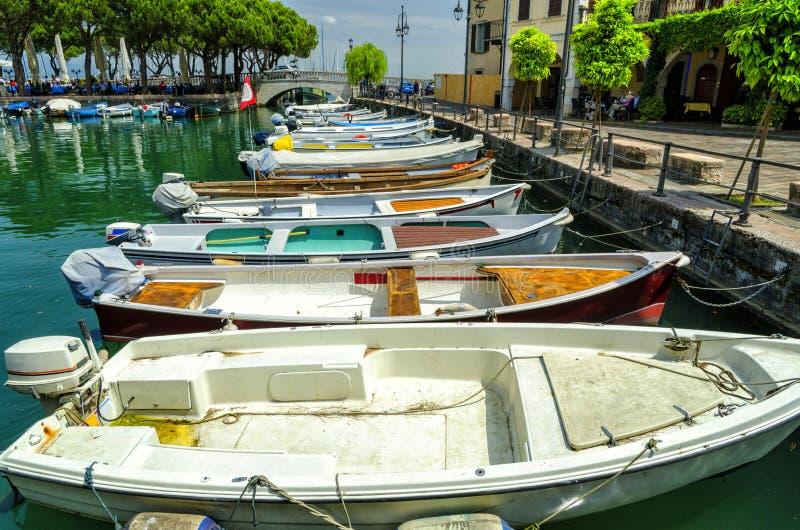 老港口和小船在镇Desenzano sul加尔达在加尔达湖在意大利 免版税库存图片