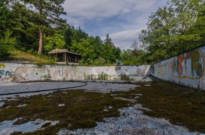 老游泳场在森林里 库存照片