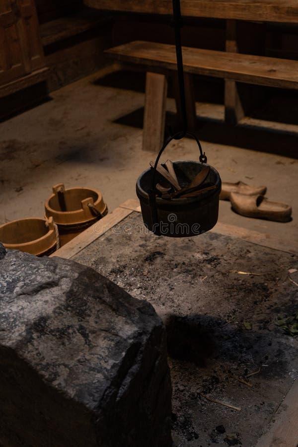 老火地方在一个传统斯堪的纳维亚房子里 库存图片