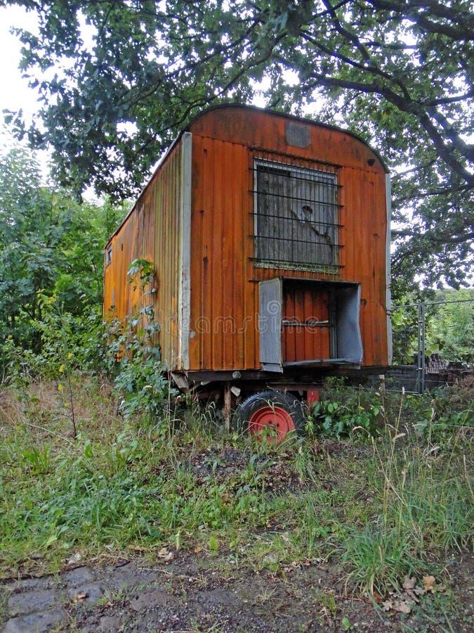 老火车客舱在优质印刷品的德国村庄Rhade背景美术方面 免版税库存图片