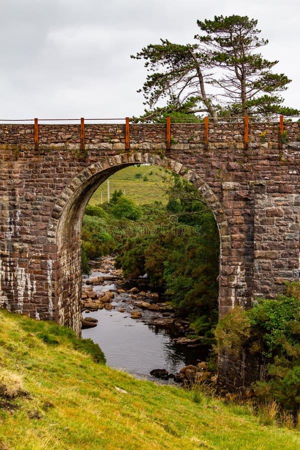 老火车桥梁在Mulranny,Great Western林荫道路足迹 免版税库存照片