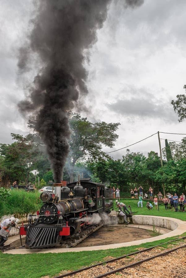 老火车( 玛丽亚Fumaca)在Tiradentes,殖民地城市 库存照片
