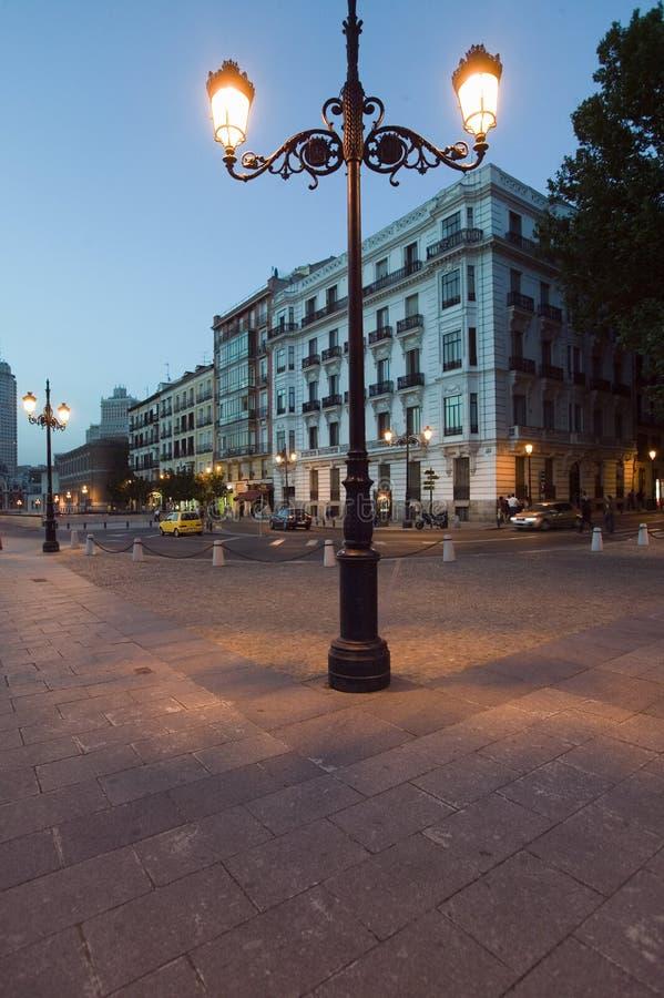 老灯和大厦临近王宫在微明在马德里,西班牙 免版税库存照片