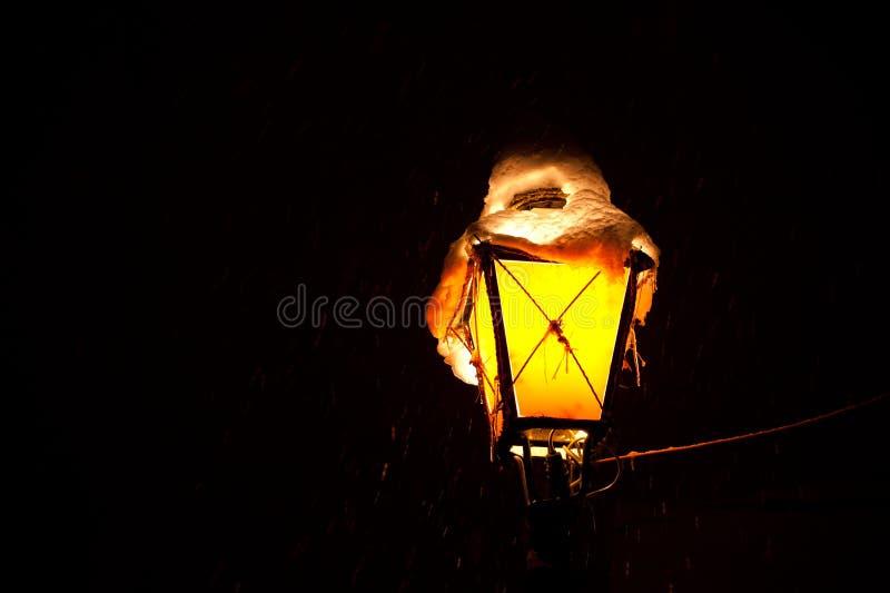 老灯笼或街灯在多雪的夜期间在萨格勒布,克罗地亚 免版税库存图片