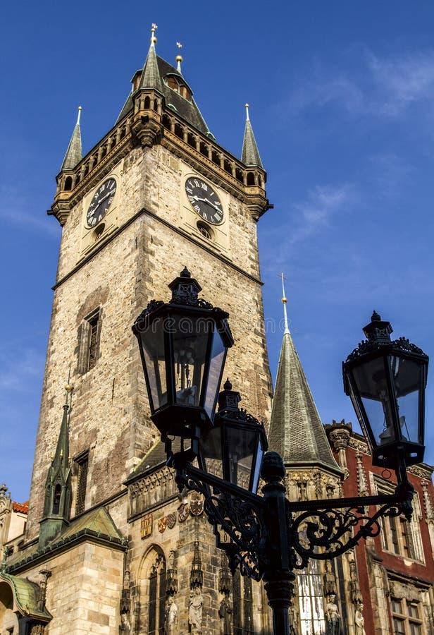 老灯笼,背景老城镇厅 布拉格,捷克共和国 免版税库存照片