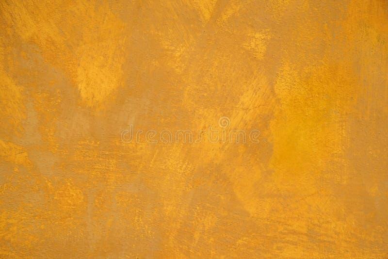 老灰泥膏药黄色绘了墙壁抽象背景纹理 免版税库存图片