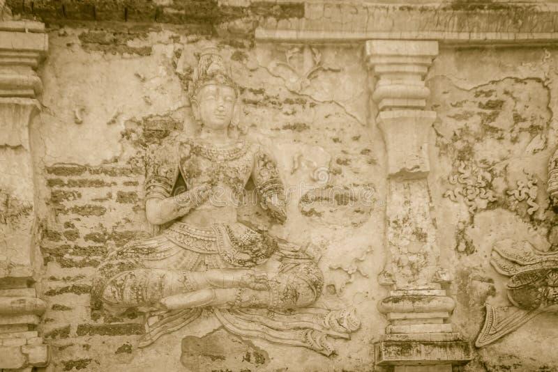 老灰泥菩萨和在Wat切特Yot (Wat Jed Yod)或Wat Photharam玛哈Vihara, t的玛哈Chedi的外部的天使形象 免版税库存照片