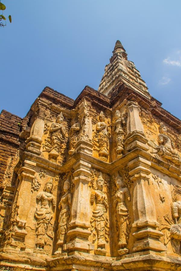老灰泥菩萨和在Wat切特Yot (Wat Jed Yod)或Wat Photharam玛哈Vihara, t的玛哈Chedi的外部的天使形象 免版税库存图片