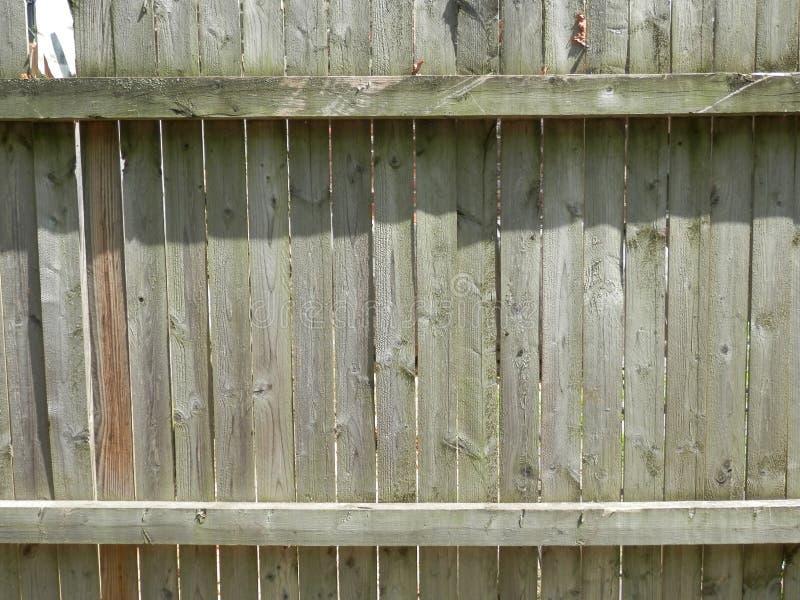 老灰色天气被佩带的木篱芭 免版税库存图片