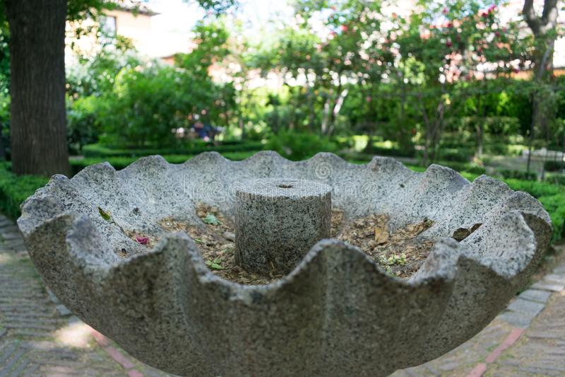 老灰色石喷泉特写镜头在公园 免版税库存图片