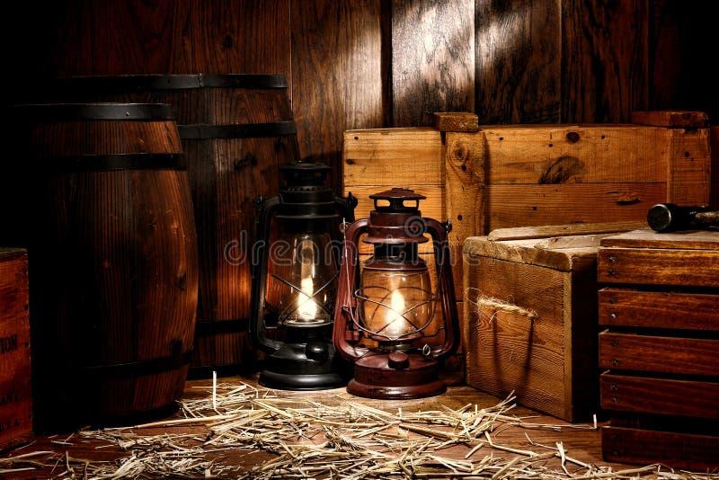 老煤油提灯灯在古色古香的仓库里 免版税库存图片