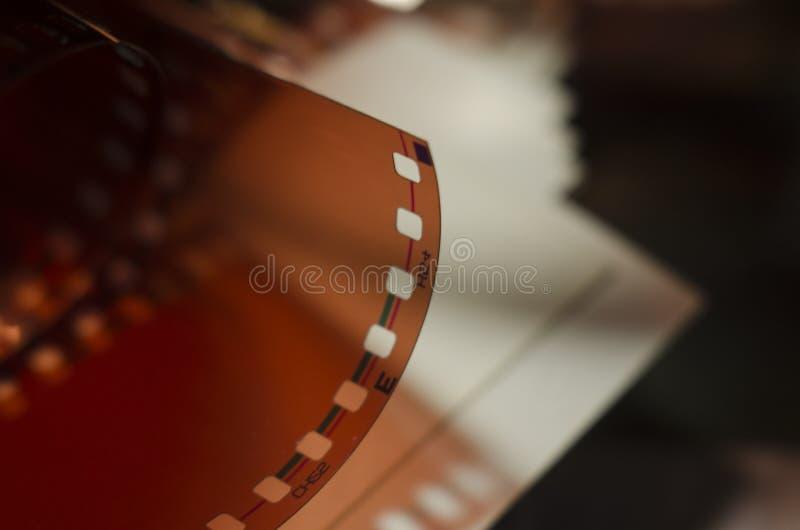 老照相机卷和照片 免版税库存照片