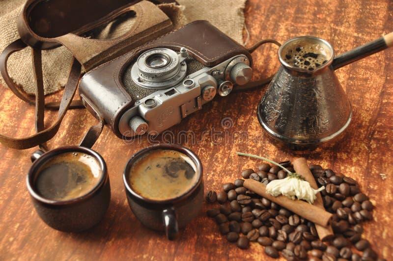 老照相机和咖啡 免版税库存图片