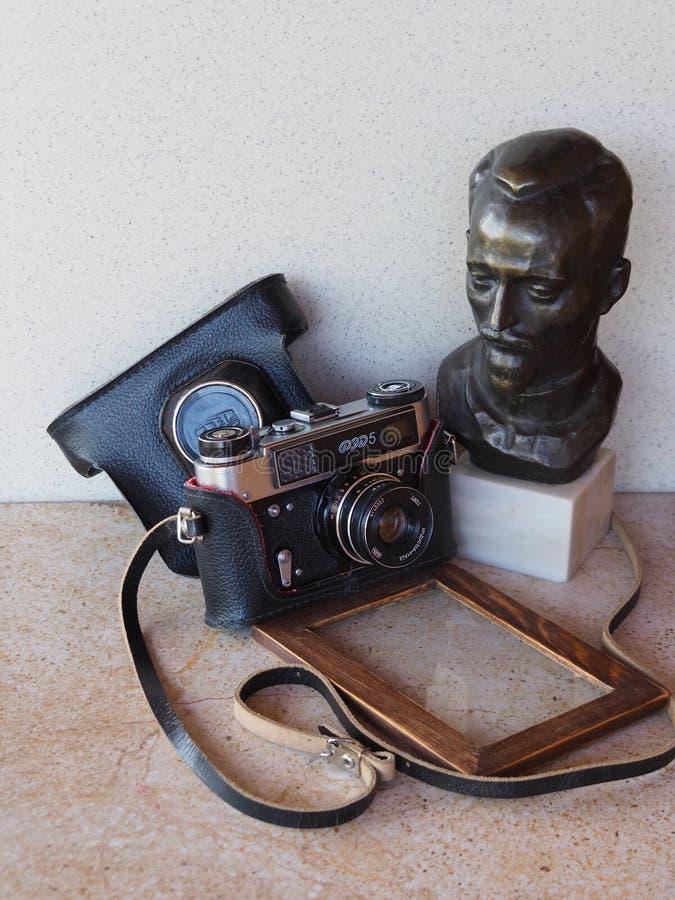 老照相机联邦机关,费利克斯・埃德蒙多维奇・捷尔任斯基,木相框一个古铜色雕象  图库摄影