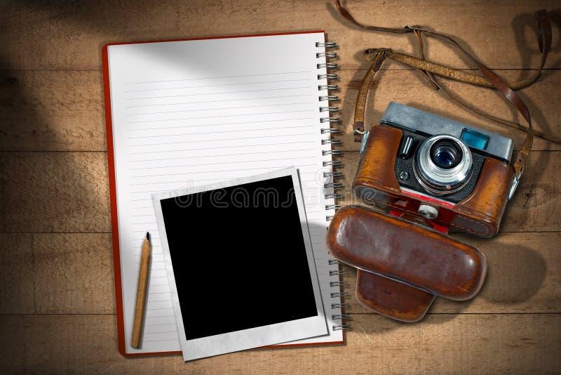 老照相机-立即照片框架和笔记本 库存图片