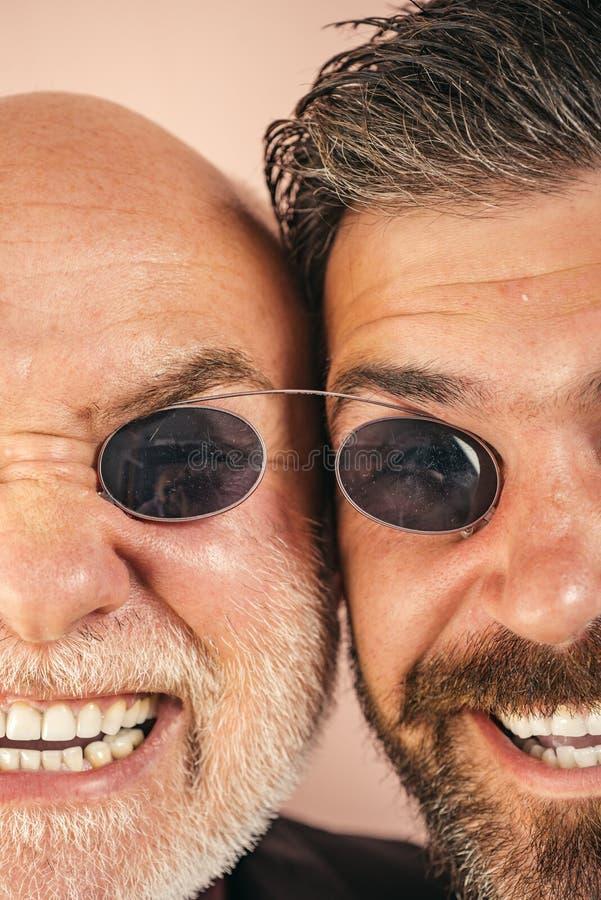 老父亲和儿子 父亲节 疯狂的情感关闭  可笑爸爸和儿子 滑稽的表示人民 可笑的爸爸 库存图片