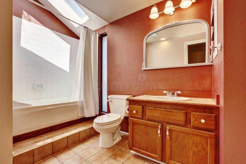 老牌卫生间内部棕色颜色的与砖地 免版税库存照片