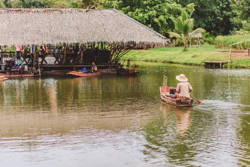 老牌和卖从小船的食物传统泰国方式在河 免版税库存图片