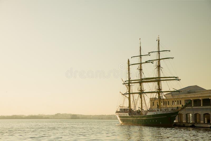 老牌在哈瓦那港口的帆船 库存图片