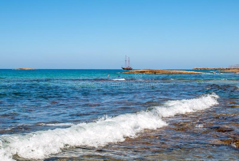 老牌在Malia附近的帆船在克利特 免版税库存照片