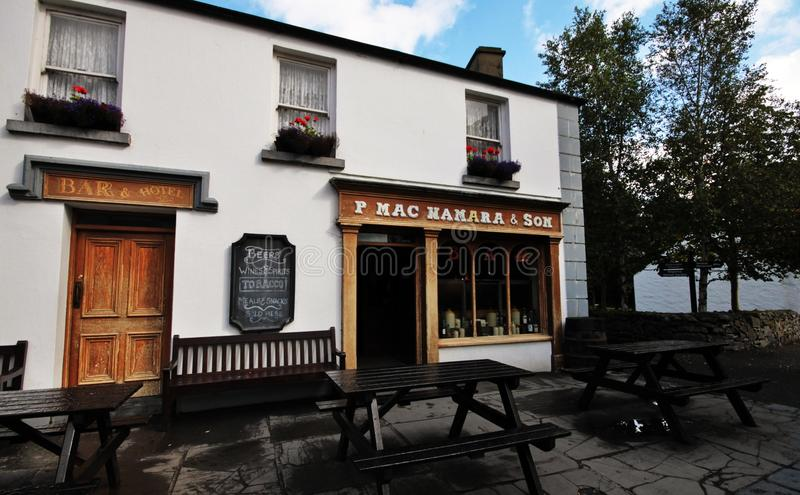 老牌客栈和餐馆Bunratty村庄和伙计的停放 免版税库存图片