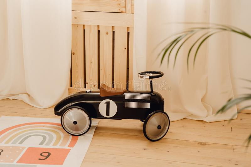 老牌玩具儿童赛车在游戏厅 免版税库存图片