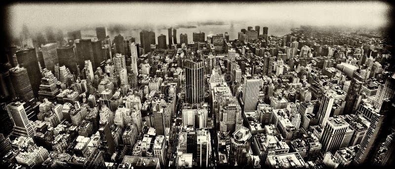老牌纽约曼哈顿都市风景鸟瞰图在有雾的天 免版税图库摄影